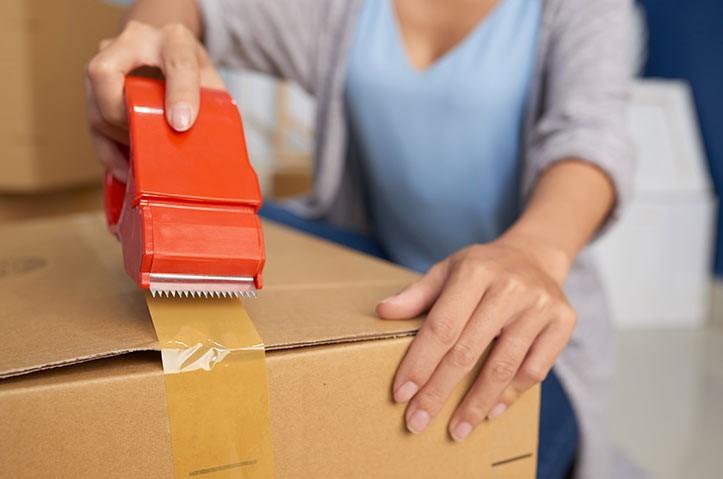 چسب زدن تجهیزات مورد نیاز بسته بندی اثاثیه